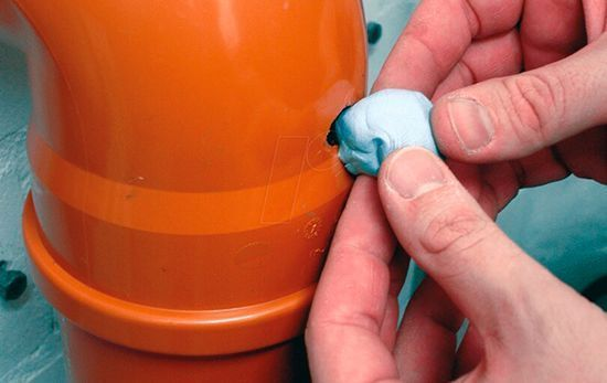 заделка дыры в канализационной трубе